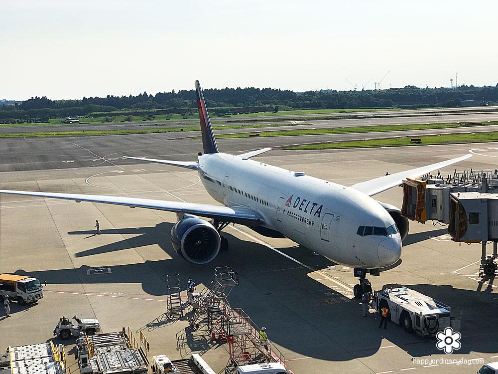プッシュバック中のデルタ航空機